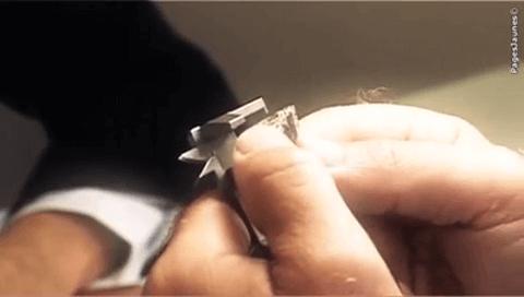 Photo montrant la négociation d'un diamant pour vendre un bijou