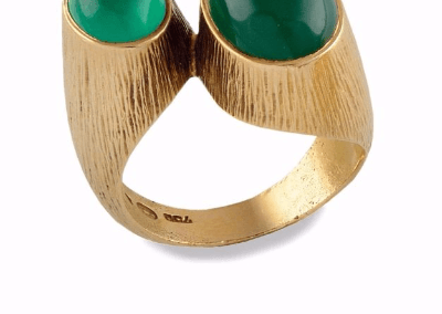 Photo d'un bijou avec saphir